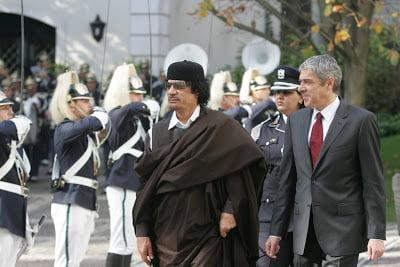 Ο Καντάφι μοιράζει εξουσία και πλούτο προσφέροντας κέρδη από το πετρέλαιο και δίνoντας τη διοίκηση σχολείων και νοσοκομείων στον λαό