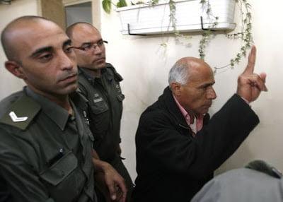 Ο κόσμος το ΄χει τούμπανο  κι οι Ισραηλινοί κρυφό καμάρι  τα πυρηνικά τους