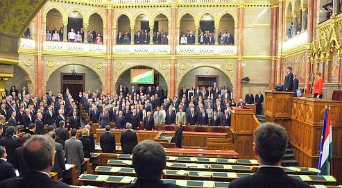 Ουγγαρία: Το Κοινοβούλιο υιοθέτησε ένα νέο υπερσυντηρητικό σύνταγμα