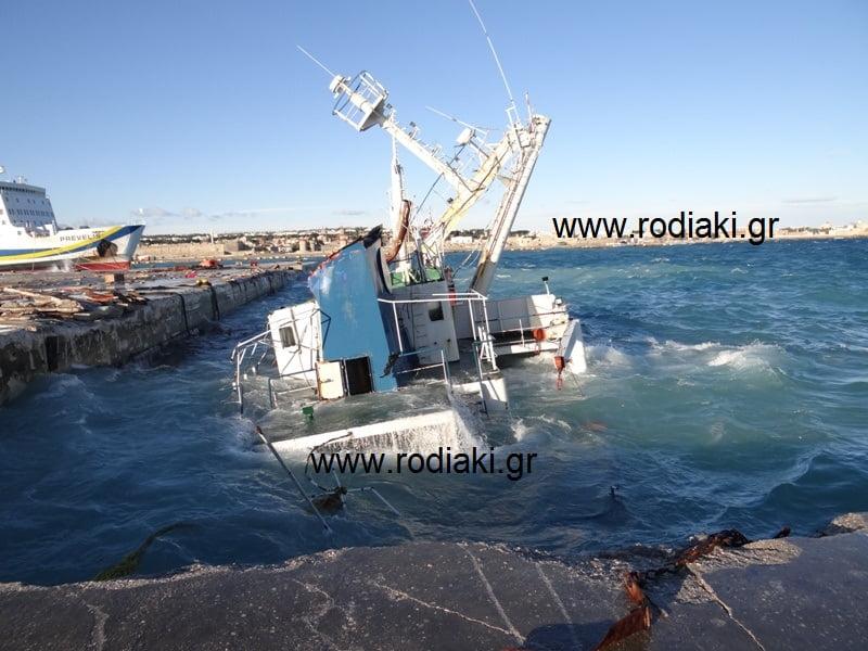 Σημερινό βίντεο και φωτογραφίες από το βυθισμένο πλοίο στο λιμάνι. – Η περιοχή μυρίζει πετρέλαιο!