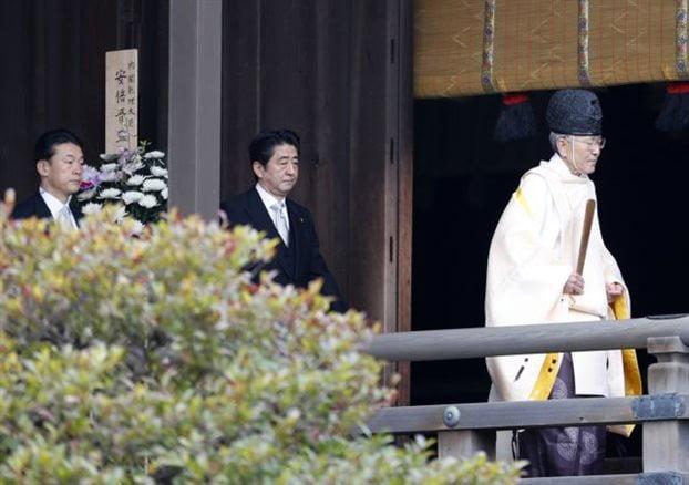 Οργή για επίσκεψη του Ιάπωνα πρωθυπουργού σε αμφιλεγόμενο μνημείο πολέμου