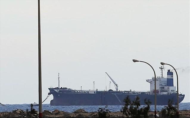 Λιβύη: Άρχισε να φορτώνει πετρέλαιο από τους αντάρτες το βορειοκορεατικό τάνκερ