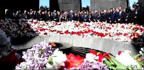 24 Απριλίου 1915 – Γενοκτονία των Αρμενίων: Ο Πρόεδρος της Αρμενίας Σερζ Σαργκσιάν συνοδευόμενος από τον Σαρλ Αζναβούρ και τον George Clooney επισκέφθηκε το μνημείο της Γενοκτονίας στο Ερεβάν