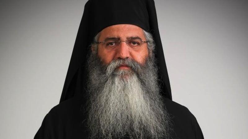 Ο Μόρφου Νεόφυτος ευλογεί Αρμένιο εθελοντή – Έφυγε από Κύπρο για Αρτσάχ