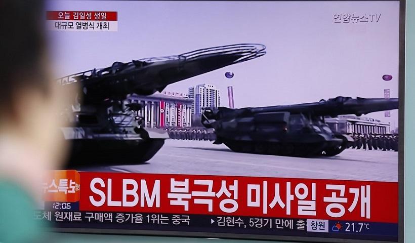 Επίδειξη δύναμης από τη Βόρεια Κορέα – Παρουσίασε βαλλιστικούς πυραύλους που εκτοξεύονται από υποβρύχια (φωτο, βίντεο)