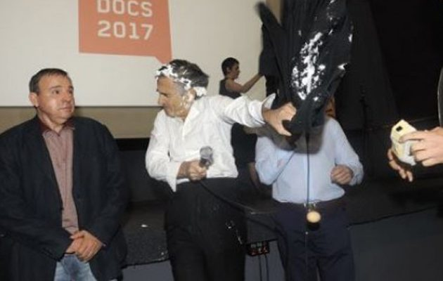 Tούρτα στο πρόσωπο έφαγε ο Μπερνάρ Λεβί: «Δολοφόνε μακριά από το Βελιγράδι»