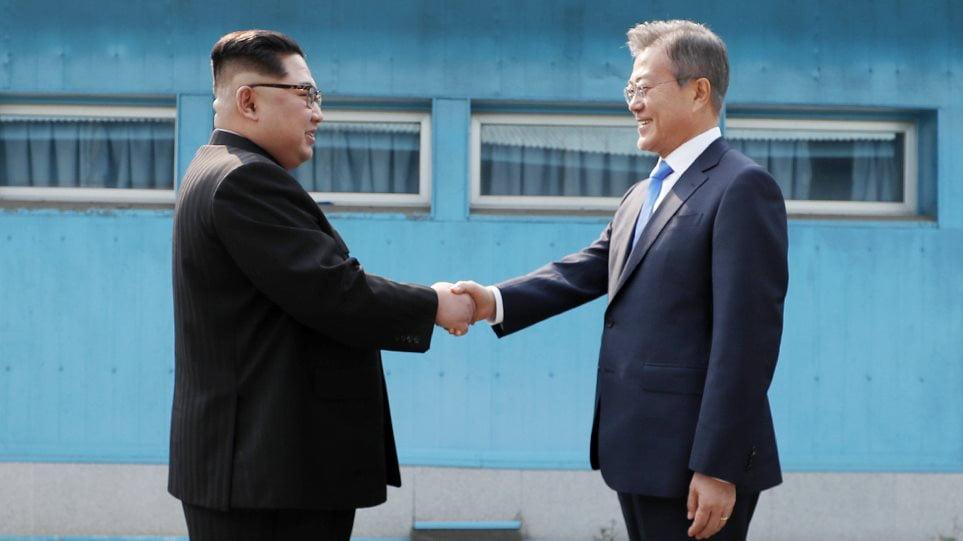 Ιστορική στιγμή: Ο Κιμ Γιονγκ Ουν πέρασε μετά από 65 χρόνια στη Νότια Κορέα