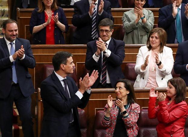 Ισπανία: Επεσε η κυβέρνηση Ραχόι – Αναλαμβάνει ο σοσιαλιστής Πέδρο Σάντσεθ