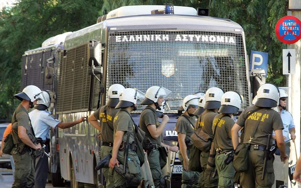 Ο καθένας προ των ευθυνών του – Αστυνομικοί καλούν Τόσκα και κόμματα σε σύσκεψη για τις «οργανωμένες επιθέσεις με μολότοφ»