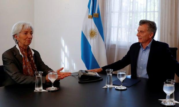 Αργεντινή: Στο 60% αύξησε το επιτόκιο η κεντρική τράπεζα – καταρρέει το πέσο