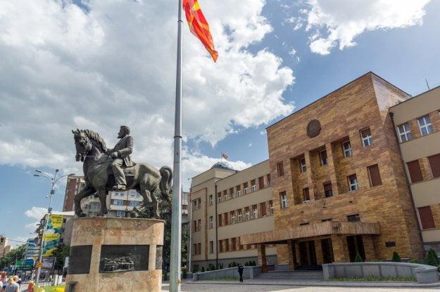 Έδωσαν τη «Μακεδονική», ενώ στα Σκόπια γίνεται επίσημη γλώσσα και η Αλβανική