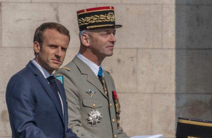 Ο Μακρόν κατηγορείται για προδοσία από Γάλλους στρατηγούς για την υπογραφή του Συμφώνου Μετανάστευσης των Ηνωμένων Εθνών