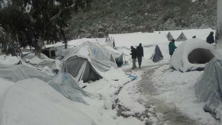 Πεθαίνοντας στο κρύο: Η κυβέρνηση εγκατέλειψε τους πρόσφυγες στους καταυλισμούς