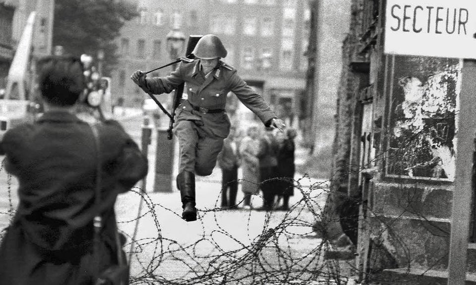 Θυμιστε στη Μέρκελ την Ανατολική Γερμανία!