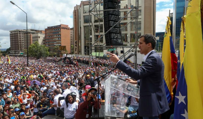 Ο Μαδούρο διακόπτει τις διπλωματικές σχέσεις με τις ΗΠΑ – Προσωρινός πρόεδρος ο Γκουαϊδό