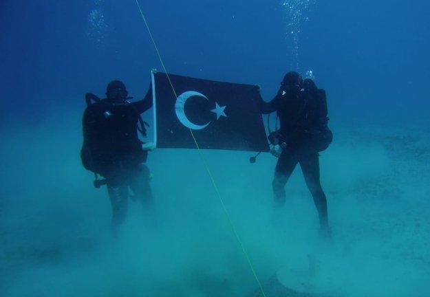 Άνδρες των Ομάδων Υποβρυχίων Καταστροφών (SAS) της Τουρκίας φωτογραφίζονται με την τουρκική σημαία στο βυθό της Σούδας