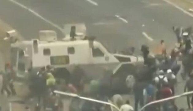 Όχημα του στρατού πέφτει πάνω στους διαδηλωτές στη Βενεζουέλα