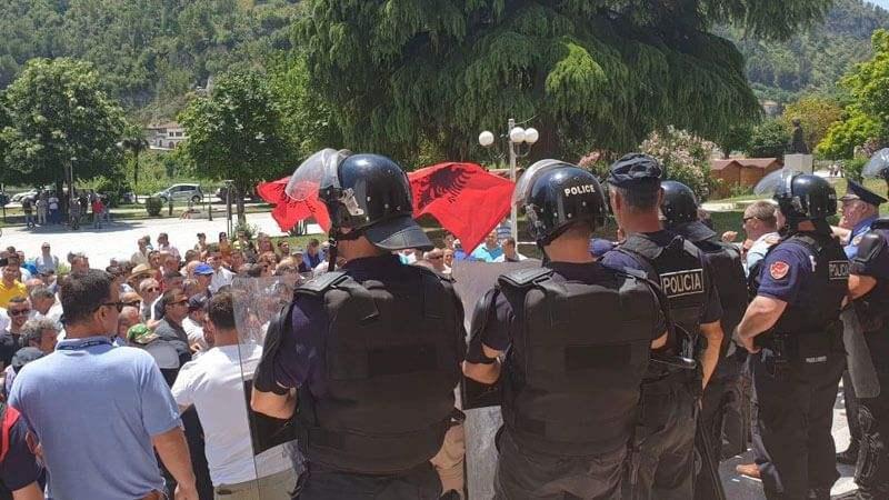 Αλβανία: Διαδηλωτές παρεμποδίζουν τις προετοιμασίες για τις δημοτικές εκλογές – συγκρούσεις με την αστυνομία