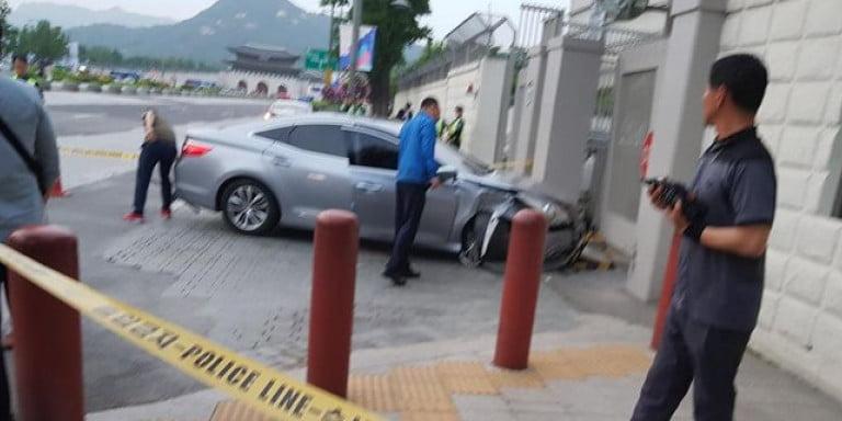 Σεούλ: Ανδρας έριξε το αυτοκίνητό του, φορτωμένο με γκαζάκια, στην πρεσβεία των ΗΠΑ