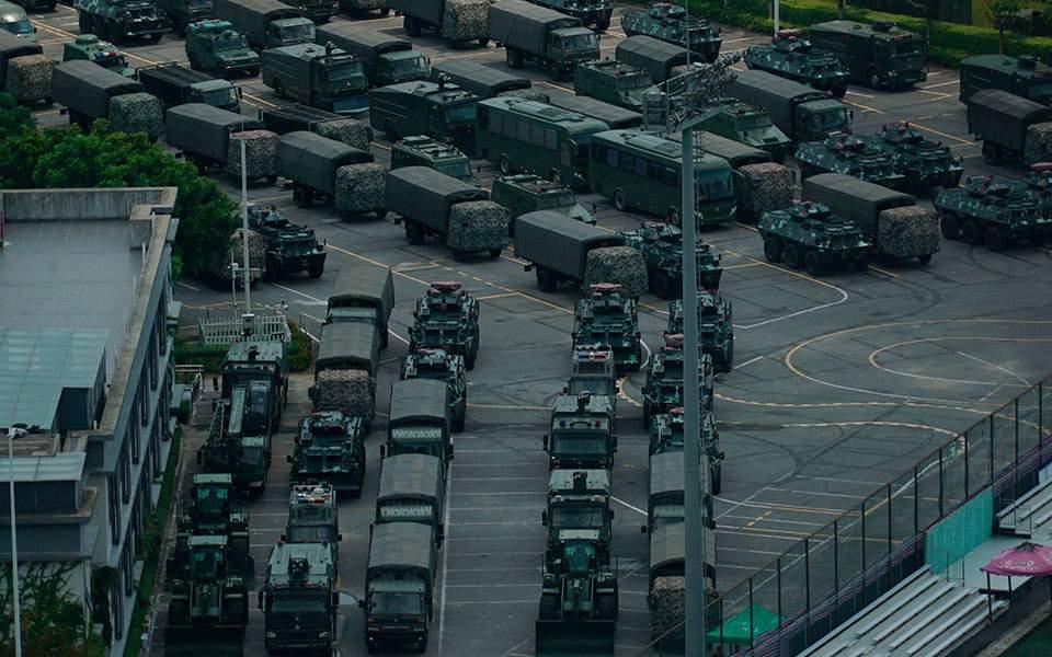 Στρατεύματα σε στάδιο κοντά στο Χονγκ Κονγκ συγκεντρώνει η Κίνα