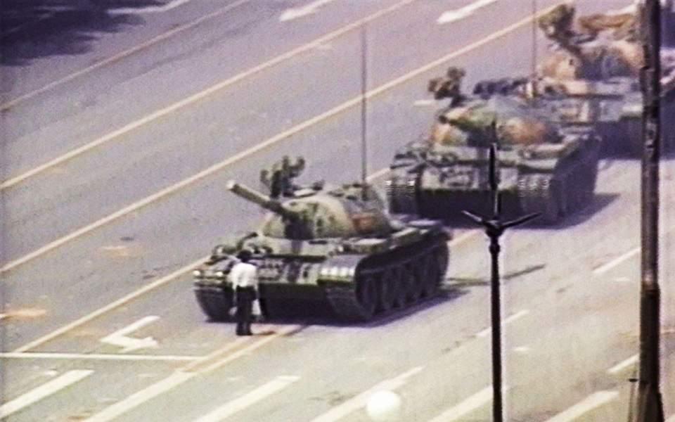 Πέθανε ο φωτογράφος του Κινέζου «Tank Man»