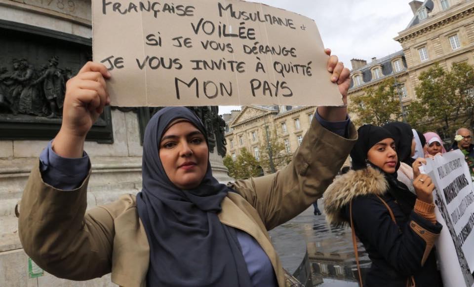 «Πώς Γαλλίδες μαντηλοφορούσες προκαλούν πολιτική θύελλα και πελατειακή εκμετάλλευση»;