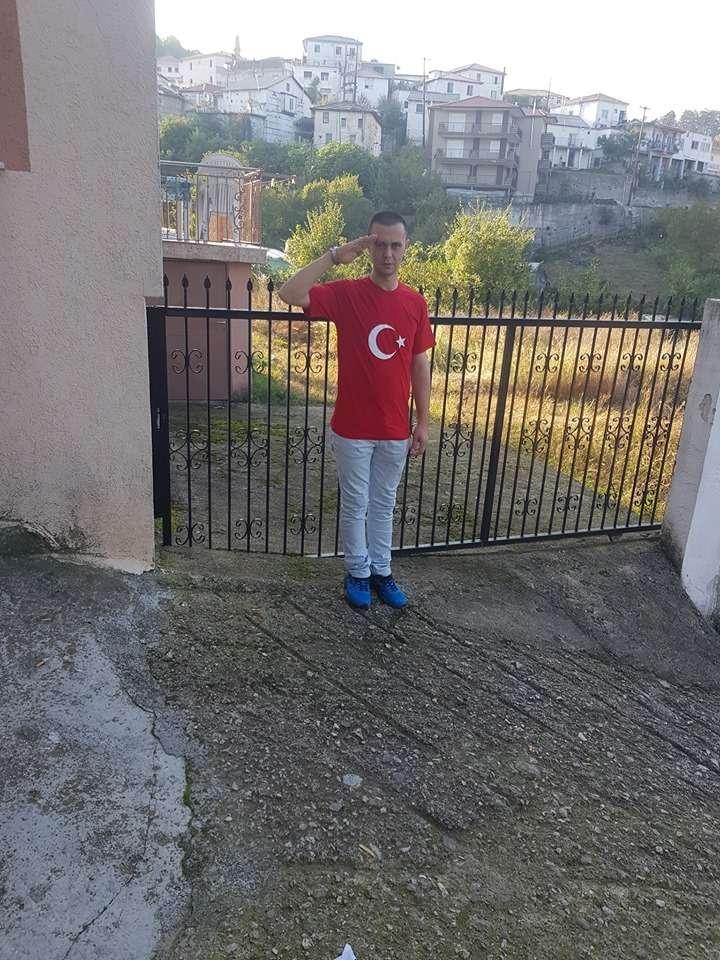 Κάνουν ό,τι θέλουν υπό την ανοχή του ελληνικού κράτους – Έλληνας πολίτης στη Θράκη χαιρετά στρατιωτικά φορώντας t-shirt με ημισέλινο