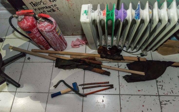"""Ποιο κόμμα είπαμε υποστηρίζει το """"άσυλο"""" στους τρομοκράτες; Κοντάρια, κράνη, εργαλεία και πυροσβεστήρες κατασχέθηκαν κατά την έφοδο στην ΑΣΟΕΕ"""
