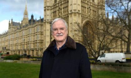 «Το Λονδίνο δεν είναι πλέον αγγλική πόλη» δηλώνει ο Τζον Κλιζ των Monty Python, προκαλώντας σάλο