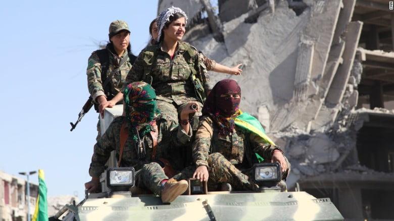 Οι Κούρδισσες πολεμούν σαν άνδρες – Δείτε τις να τα βάζουν με τις τουρκικές ένοπλες δυνάμεις
