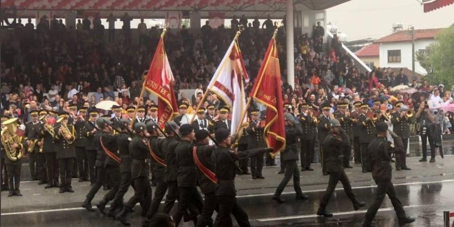 Oθωμανική παρέλαση με γιαταγάνια υπό βροχή για ψευδοκράτος (ΒΙΝΤΕΟ)