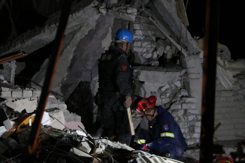 Μαρτυρία από το σεισμό στην Αλβανία: «Ακούγονται φωνές από τα συντρίμμια»