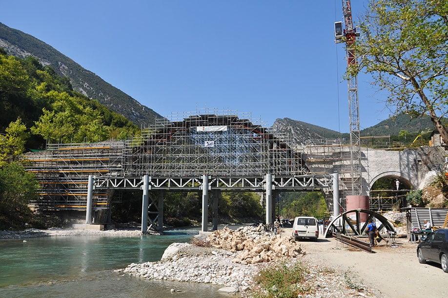 Το ιστορικό γεφύρι της Πλάκας ανασταίνεται! (pics)