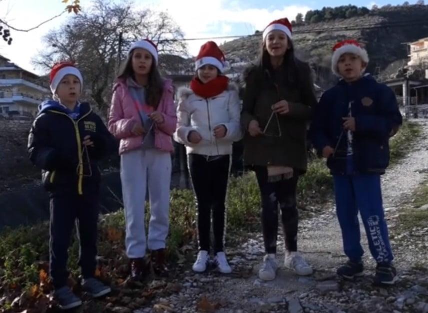 Αυτό πρέπει να το δείτε! Στη Δερβιτσάνη της Βορείου Ηπείρου τα ελληνόπουλα λένε τα κάλαντα (vid)