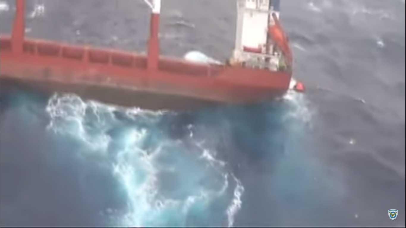 Συγκλονιστικές εικόνες διάσωσης πληρώματος πλοίου από Super Puma της ΠΑ!