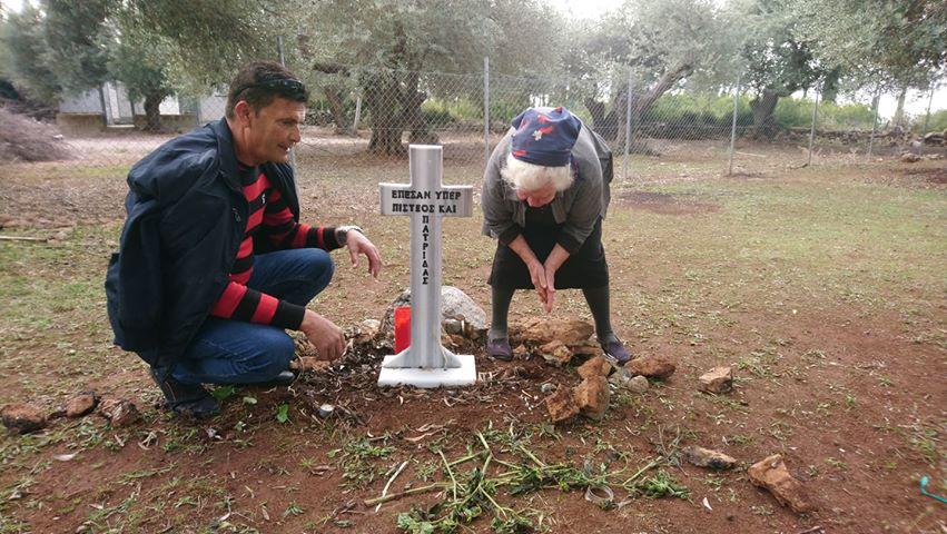 Το ΥΠΕΘΑ δωρίζει νέο σταυρό για τον τάφο των Ελλήνων στρατιωτών που αναπαύονται στον κήπο της Ερμιόνης Μπρίγκου στην Χιμάρα (vid)