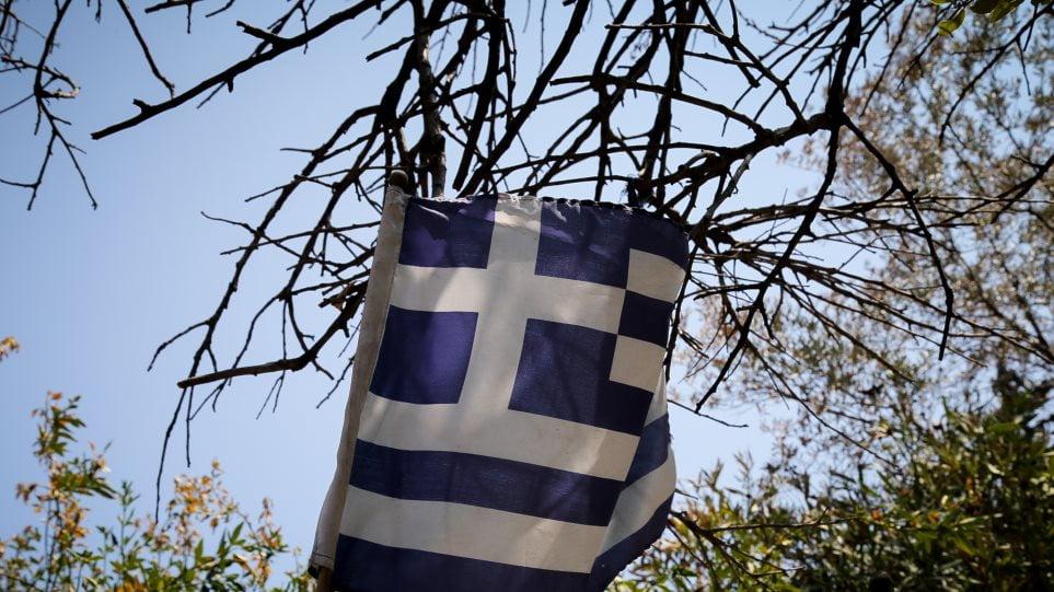 Αστυνομικός συνελήφθη γιατί έκαψε την ελληνική σημαία!