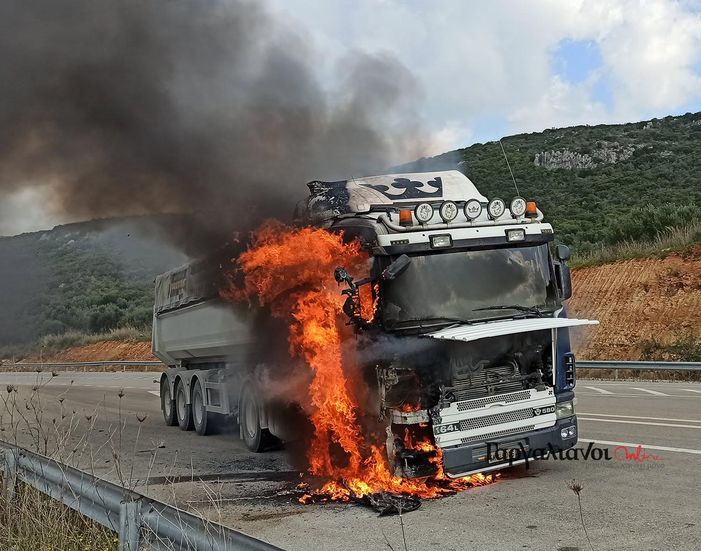 Νταλίκα τυλίχθηκε στις φλόγες εν κινήσει στους Γαργαλιάνους