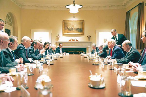 – Θα χρησιμοποιήσουμε κάθε μέσο, για να αποτρέψουμε την Τουρκία! – Καί ἄν χάσετε, κύριε Μητσοτάκη; – Δέν θά χάσουμε, κύριε Τράμπ!
