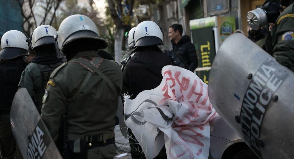 Θύελλα για τις επιθέσεις με τσιμεντόλιθους στο Κουκάκι: Για «παιδιά πλουσίων μέσα στις καταλήψεις» μιλά ο Χρυσοχοΐδης (βίντεο)