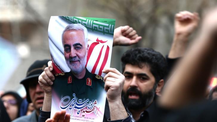 Κύμα οργής στην κηδεία Σουλεϊμανί: «Θάνατος στην Αμερική»