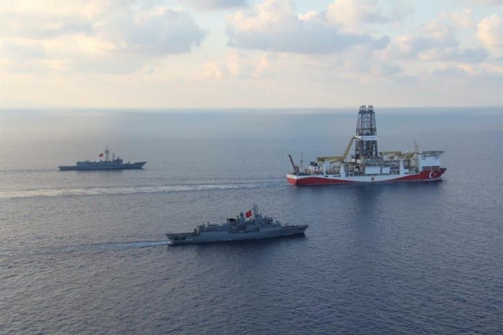 Εισβάλλει κι εκβιάζει η Τουρκία