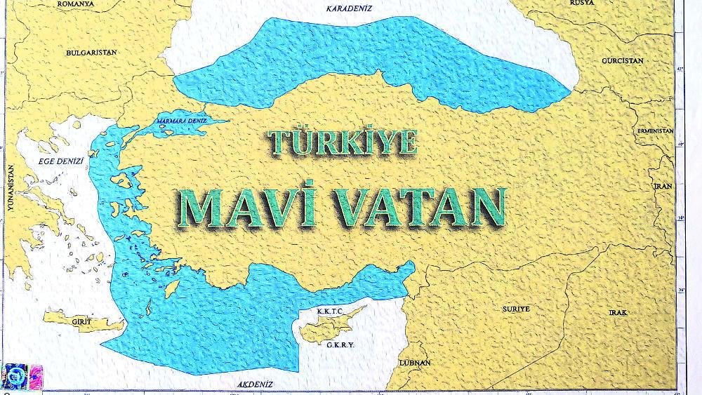Γάλλος Ναύαρχος ποζάρει κάτω από τον τουρκικό χάρτη της «Γαλάζιας Πατρίδας»