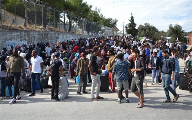 Δεν τους αγγίζει η πανδημία και τα μέτρα απαγόρευσης- Διαδήλωση εκατοντάδων μεταναστών έξω από το ΚΥΤ της Μοριας
