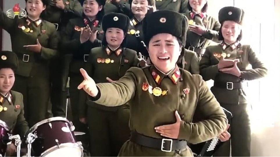 Ο Κιμ Γιονγκ Ουν και οι… στρατιωτίνες του: Αλλόκοτο βίντεο με τραγούδια, βόλεϊ και ζητωκραυγές