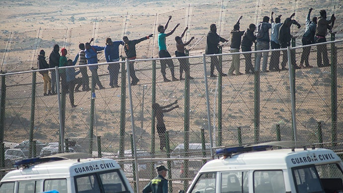 FAZ: Δικαιώθηκε δικαστικώς η Ισπανία για την πολιτική απέλασης μεταναστών