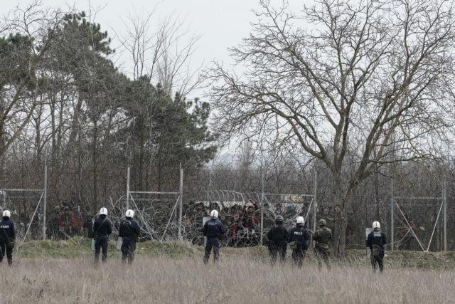 Στα χέρια των Ελλήνων αστυνομικών, μια απ' τις κάμερες καταγραφής των Τούρκων στα σύνορα