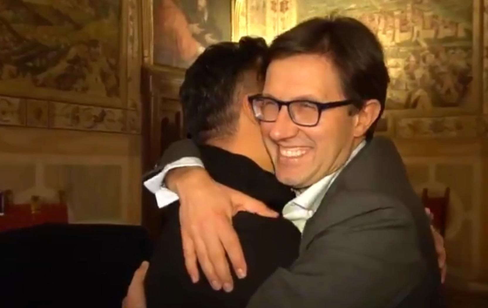 «Αγκάλιασε έναν Κινέζο»: Η καταστροφική, αντιρατσιστική καμπάνια του δημάρχου Φλωρεντίας