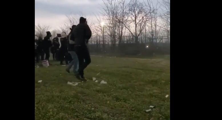 Βίντεο από την τουρκική πλευρά τα δείχνει όλα – Jandarma και Özel Harekât ρίχνουν δακρυγόνα και καπνογόνα στις ελληνικές δυνάμεις