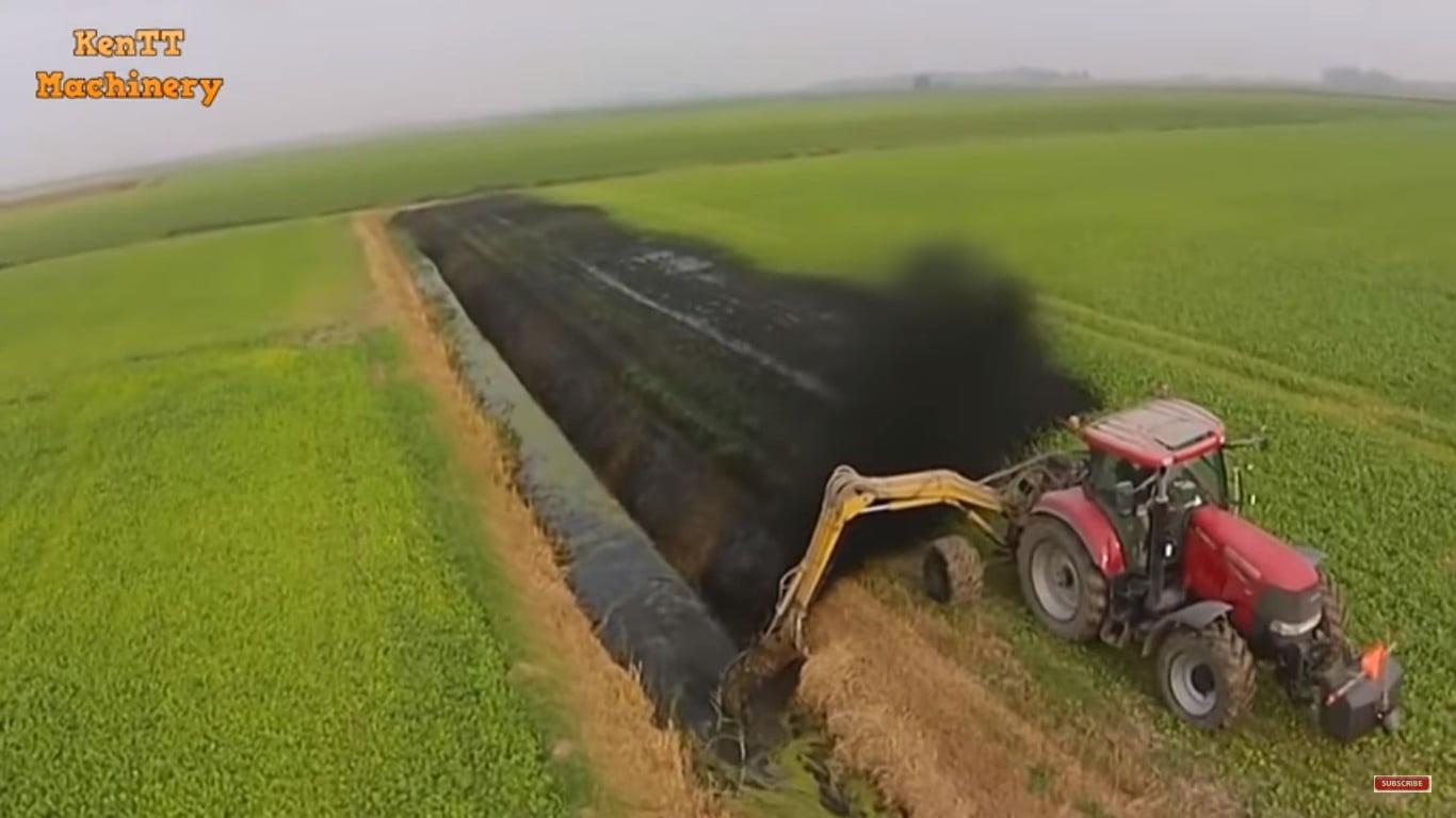 Απολαυστικό βίντεο για αγρότες! Ανοίγει κανάλι με ένα τρακτέρ